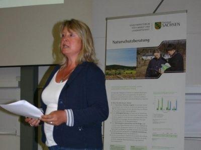 Claudia Mönch hält Vortrag
